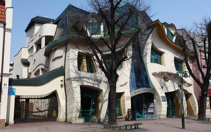 Кривата къща