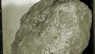 земен камък на луната