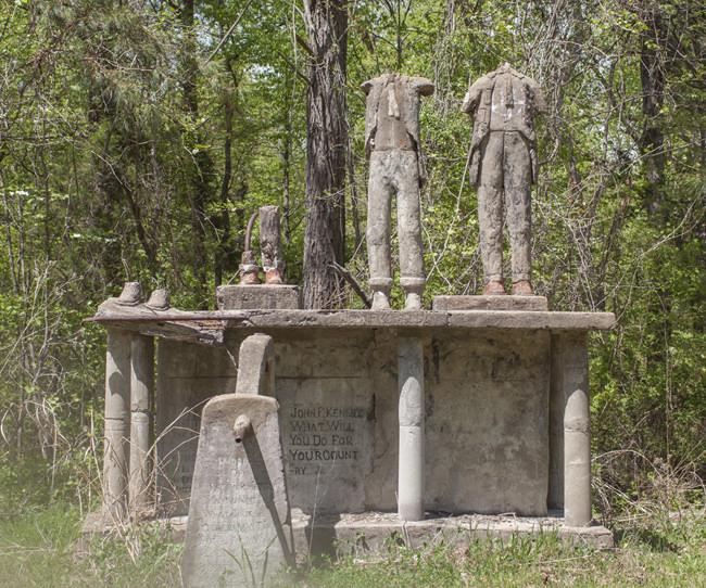 Паркът на обезглавените статуи