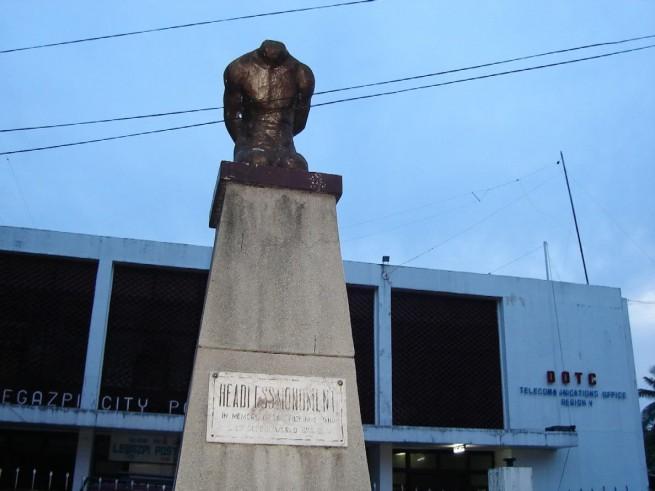 Обезглавената статуя